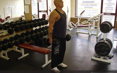 dumbbell walking lunge instructions